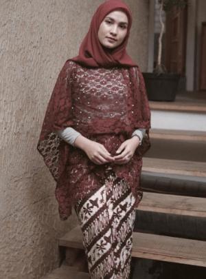 Kebaya Modern Brokat dengan Batik