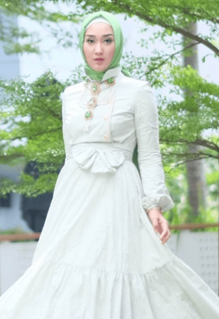Tampilan stylish dalam berhijab menjadi banyak diikuti oleh hijabers muda  saat ini. Gaya yang simple dan elegan disukai desainer berdarah Palembang  ... f93a0fed5b