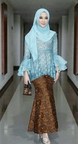 Kebaya dengan Hijab Modern Simpel