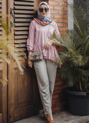 Atasan pink dan celana sling bag warna kelabu