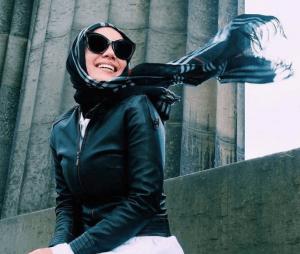 Hijab corak hitam dengan jaket kulit hitam