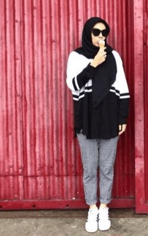 Hijab hitam dengan kaos hitam putih