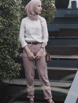 emeja putih dengan hijab warna pink pastel