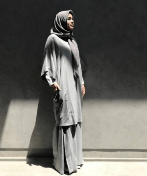 Rok panjang dengan hijab abu-abu simpel
