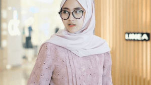 hijab polos dan kemeja motif