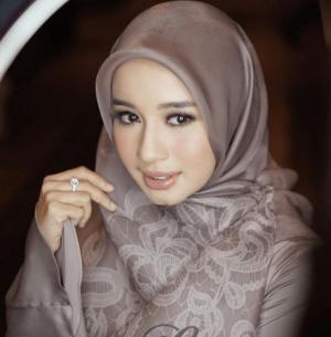 Jilbab Segi Empat Bermotif Laudya Cynthia Bella