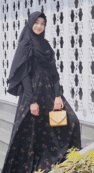 Hijab syar'i dengan gamis bermotif