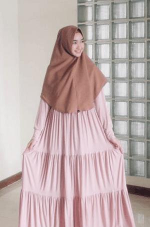 Hijab syar'i dengan gaun lipit