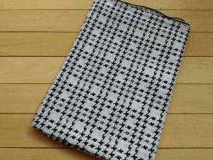 Monokrom motif houndstooth kecil